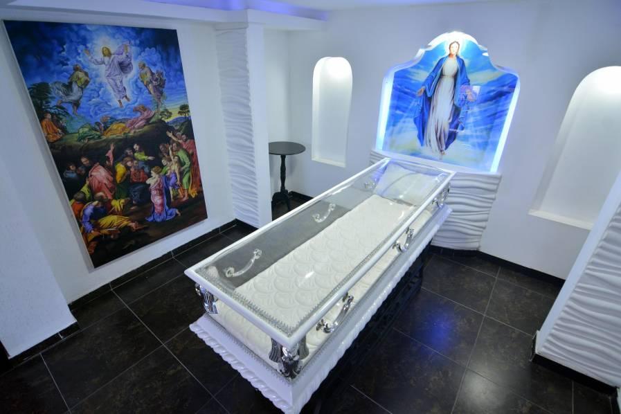 Imagen Video: el ataúd transparente que causa asombro en el negocio de las funerarias en Cali